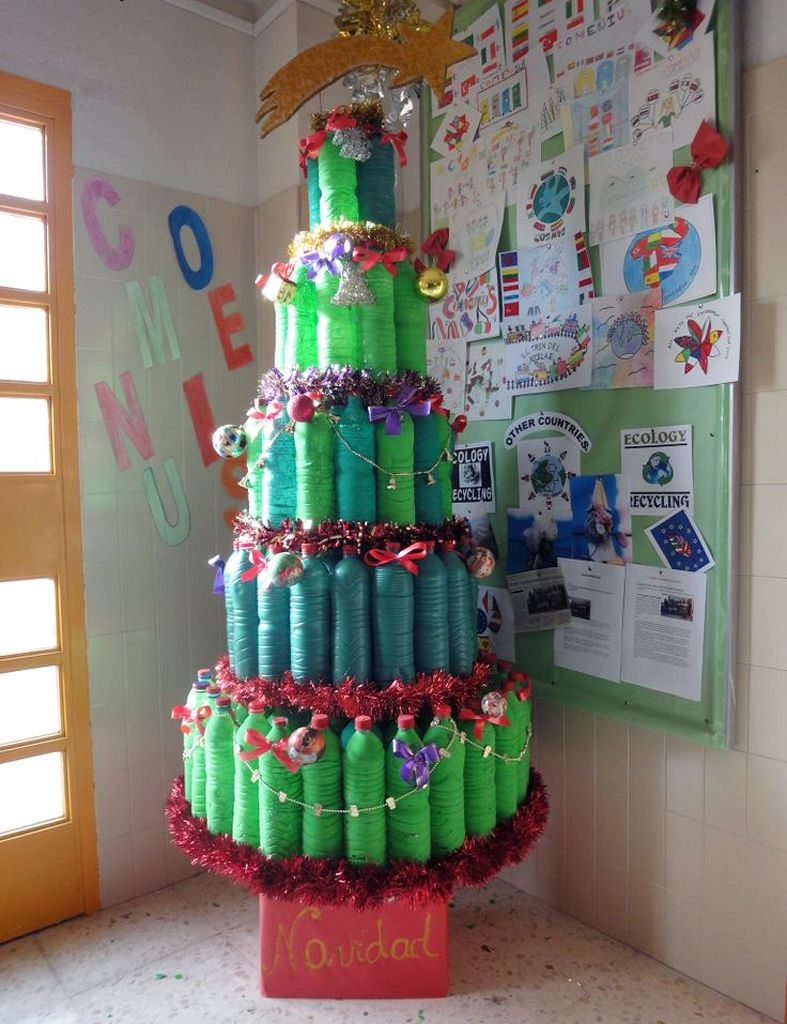 Detallelogia rboles de navidad reciclando corchos for Ideas decoracion navidad colegio