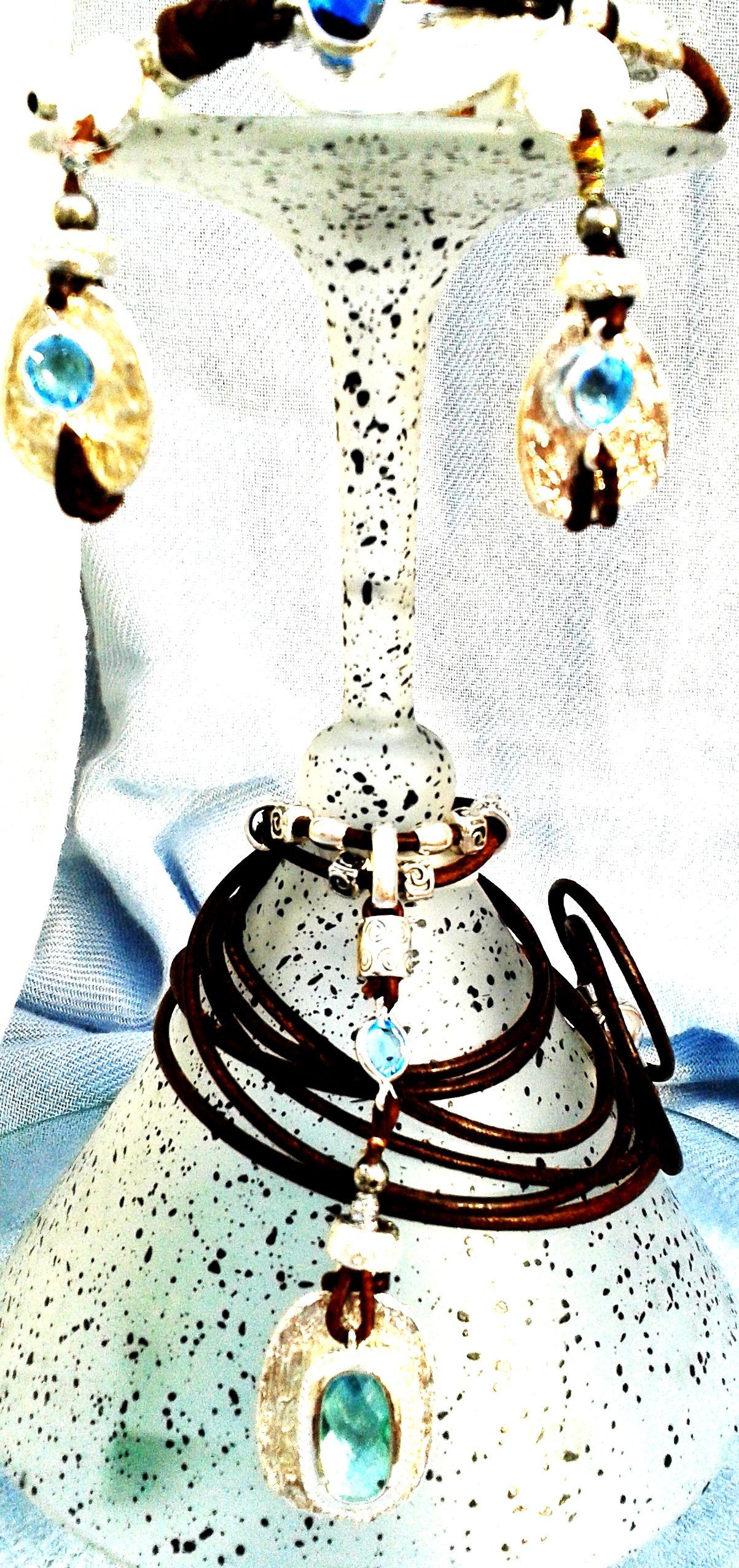 Conjunto de pendientes, pulsera y collar en zamak baño plata, piel canguro, cuero encerado aspecto rústico, pasantes e  cristal facetado strass.