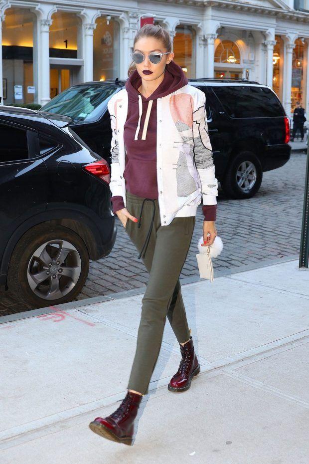 b8dd293b63e0b street ook de Outono de Gigi Ha Hadid com calça verde musgo, coturno vinho  combinando com o moletom e jaqueta branca estampada