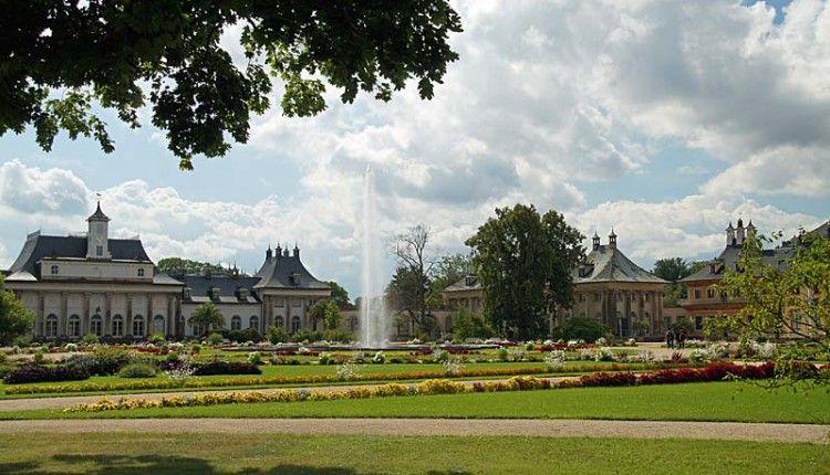 Vormittags Ein Ausflug Zum Schloss Und Park Pillnitz Nachdem Wir Am Vorabend Schon Das Schloss Pillnitz Vom Fluss Aus Sehen In 2020 Dresden Ausflug Schloss Pillnitz
