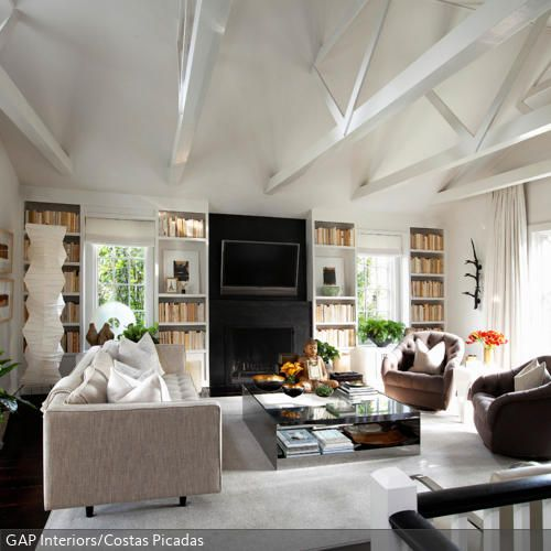 Die hohen Wände, die durch den sichtbaren Dachstuhl im Wohnzimmer entstehen, geben dem Raum ihre Persönlichkeit und ein ungezwungenes Feeling. Damit das Wohnzimmer…