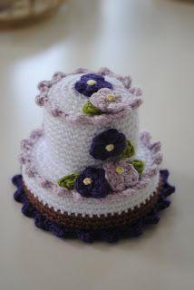 Free Crochet Fancy Cake with Violets Pattern / Gratis mönster på virkad tårta med violer
