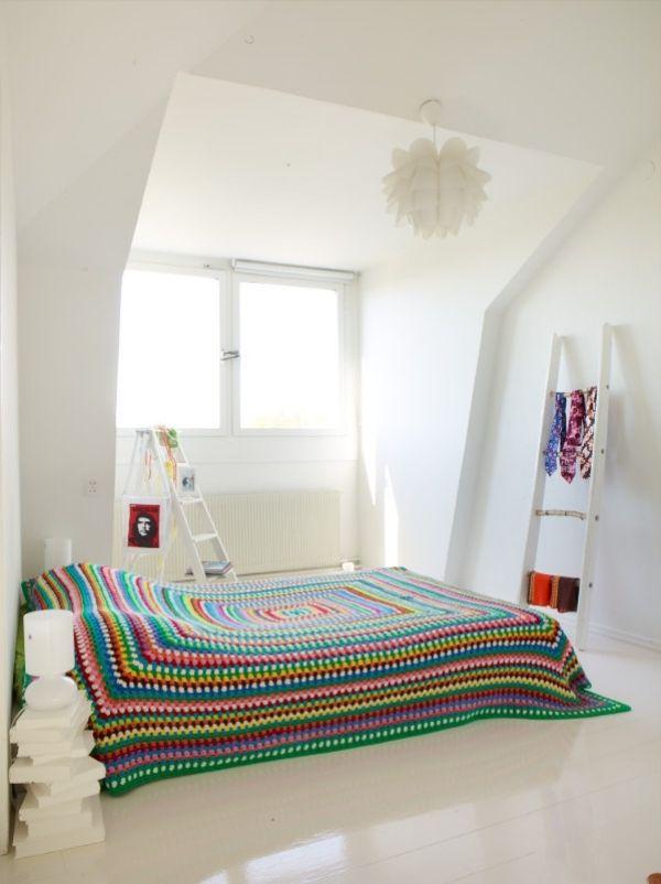 Bettdecke Tagesüberwurf Ideen Wolle Bunt Garn Pendelleuchte Schlafzimmer  Weiße Wände
