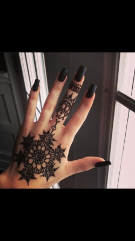 Loving this!  Cuteeeee #henna #matte #black #nails #square