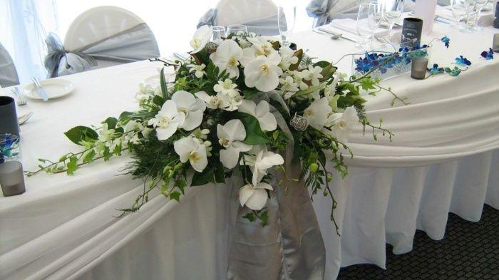 blumen deko f r den tisch aus eleganten orchideen in wei. Black Bedroom Furniture Sets. Home Design Ideas