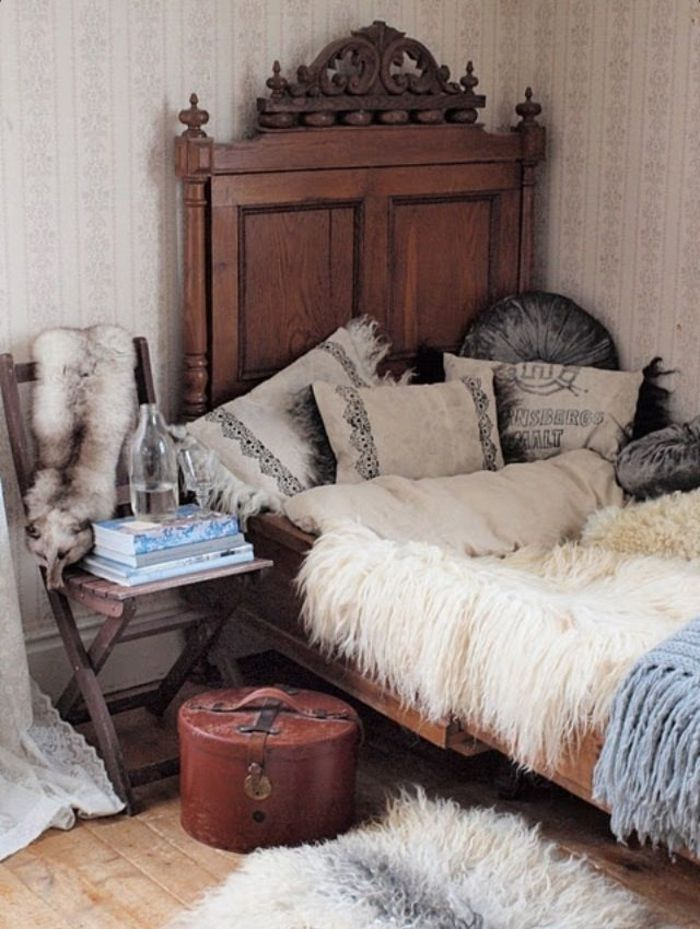 h lzernes bett mit vielen kissen in boho stil kissen und decken pinterest boho stil boho. Black Bedroom Furniture Sets. Home Design Ideas