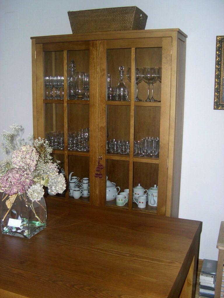 Vitrina y mesa a conjunto de sal n pino acabado en color for Muebles salon madera maciza