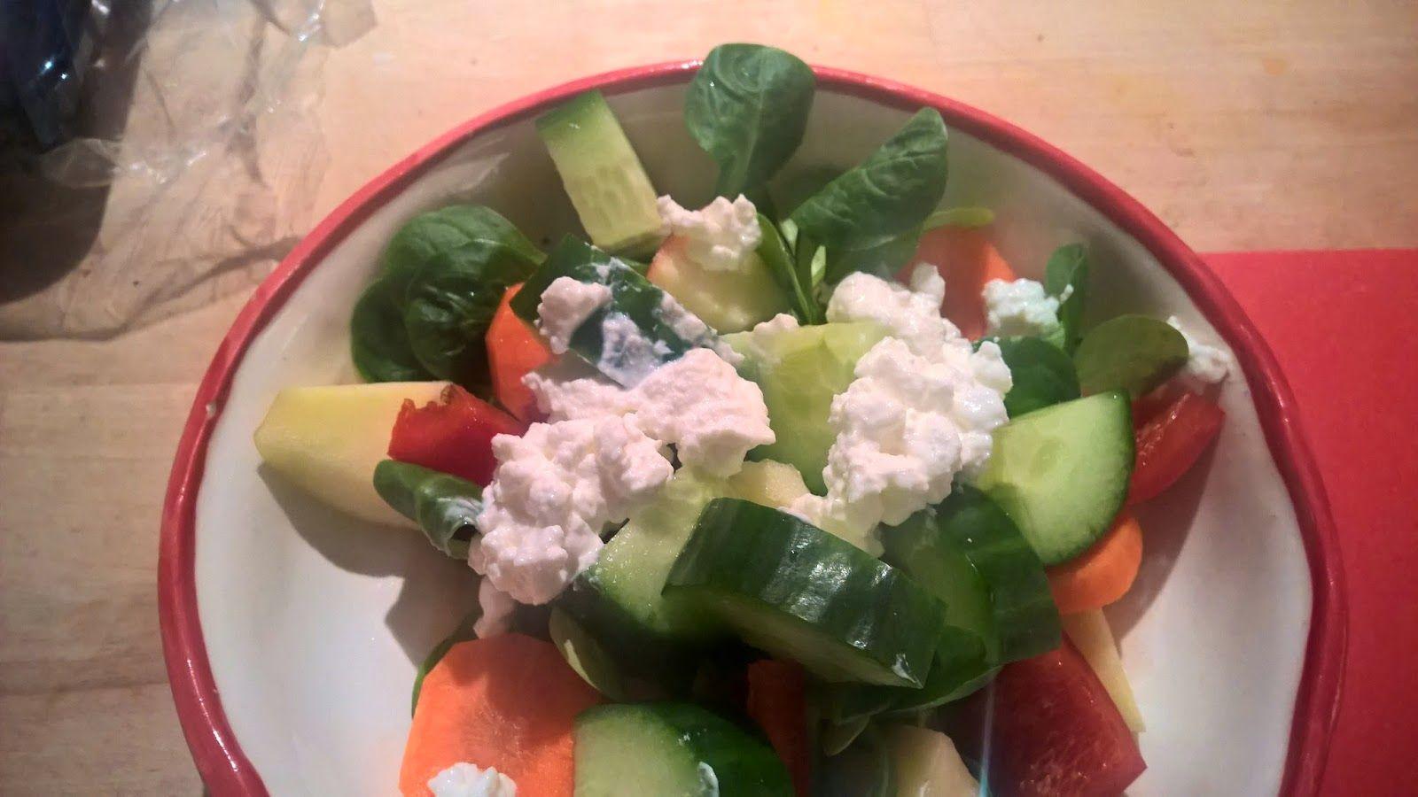 Feldsalat, Gurke, rote Paprika, Möhre und körniger Frischkäse.