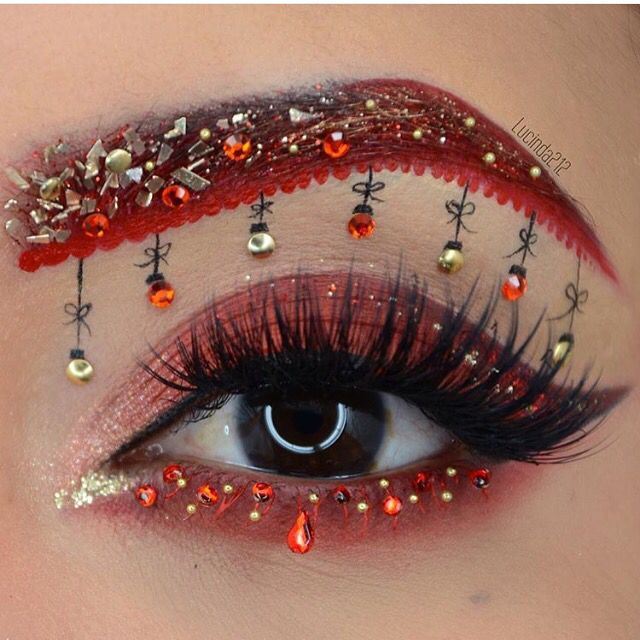 Eye art ❤️ to put you in the Holiday spirit  #makeupart  by @lucinda212 amazing!!! #paintedearthgirl   #paintedearthskincare