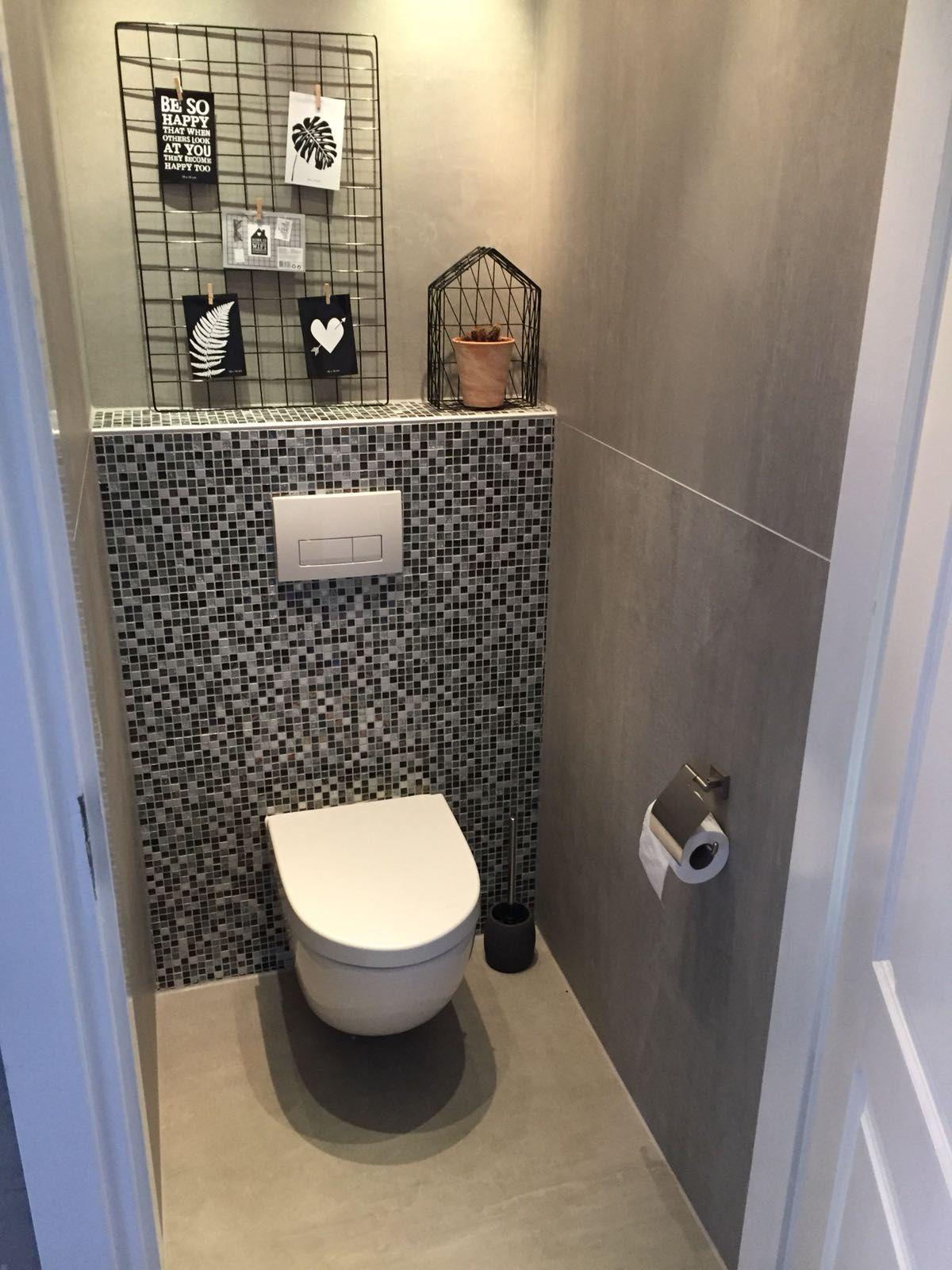 Tegels Over Tegels.Xxl Tegels Op De Vloer En Wand Van Het Toilet 120x120 Met Mozaiek