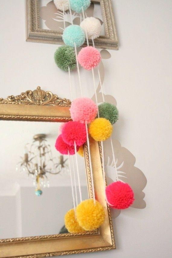 guirlande de pompons pompons pom pom garland diy yarn. Black Bedroom Furniture Sets. Home Design Ideas