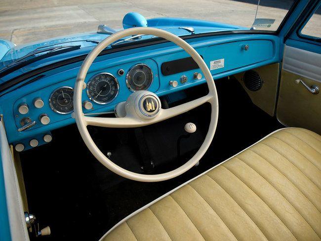 Negli anni '60 è nata l'Amphicar, l'auto anfibia da collezione prodotta in piccola serie che sapeva davvero navigare come una barca. La carrozzeria era stagna e dietro a spingerla c'erano due eliche