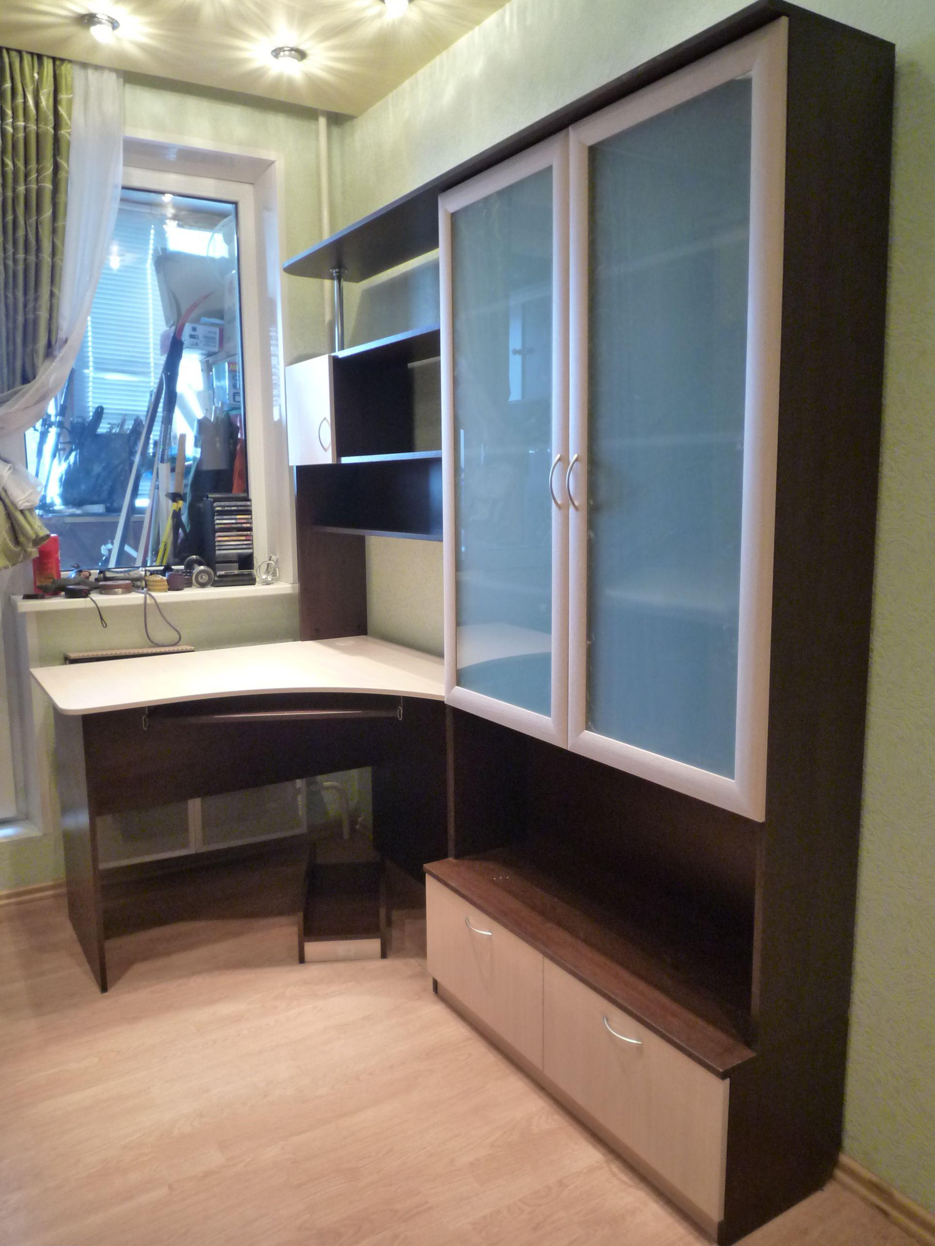 угловой компьютерный стол с надстройкой и книжным шкафом