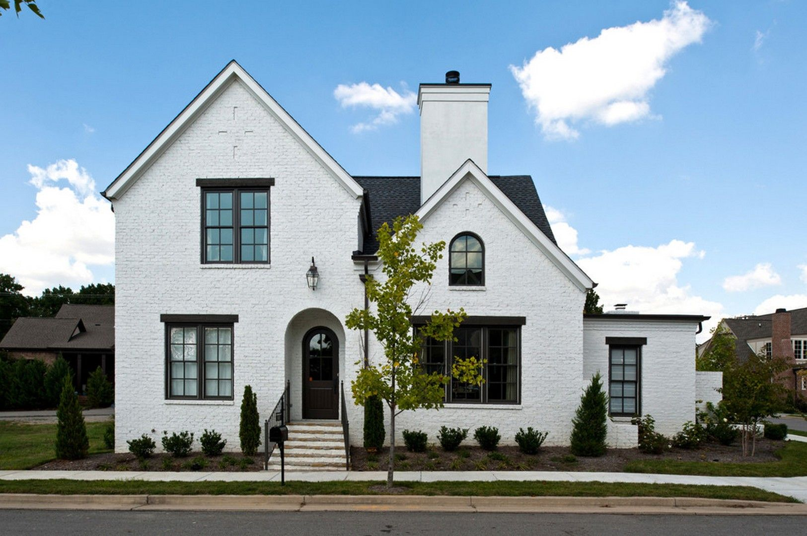 30 White Painted Brick Homes To Give The Sophisticated And Monumental Effects Https Www Housenli White Exterior Houses Painted Brick House White Brick Houses