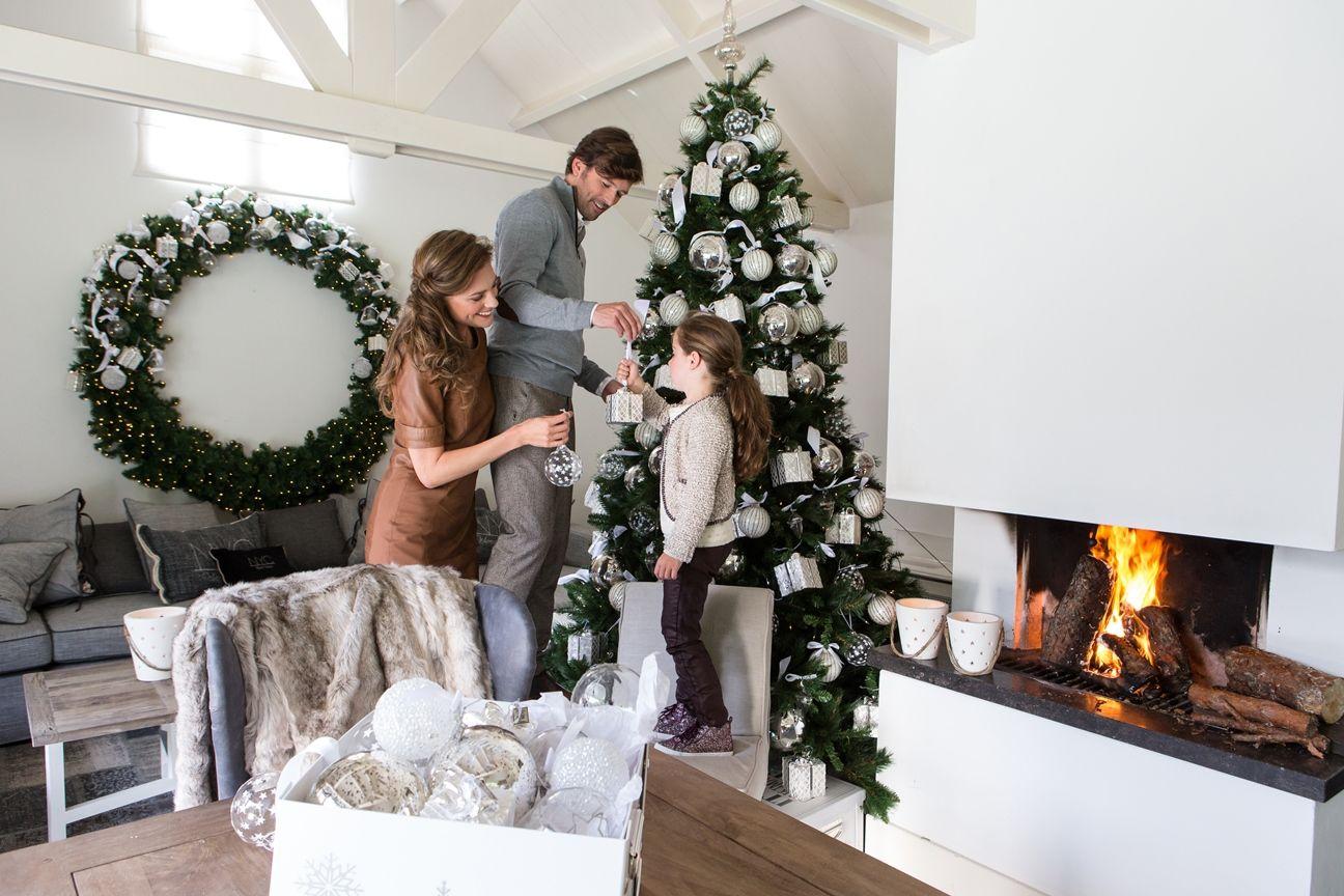 фото семья наряжает елку внимательно