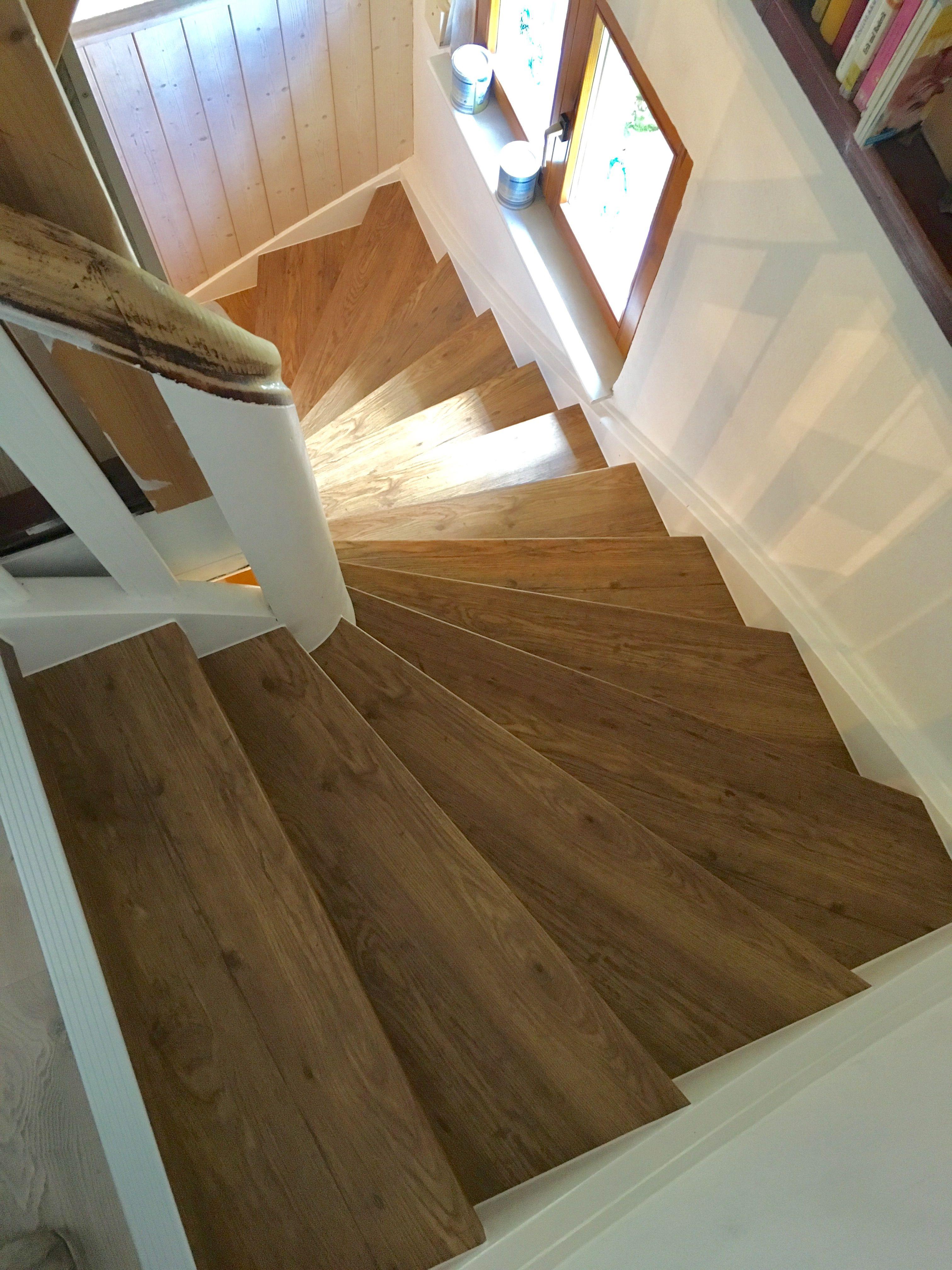 Treppe neu verkleiden mit Vinylstufen Alte Treppe neu gestalten in