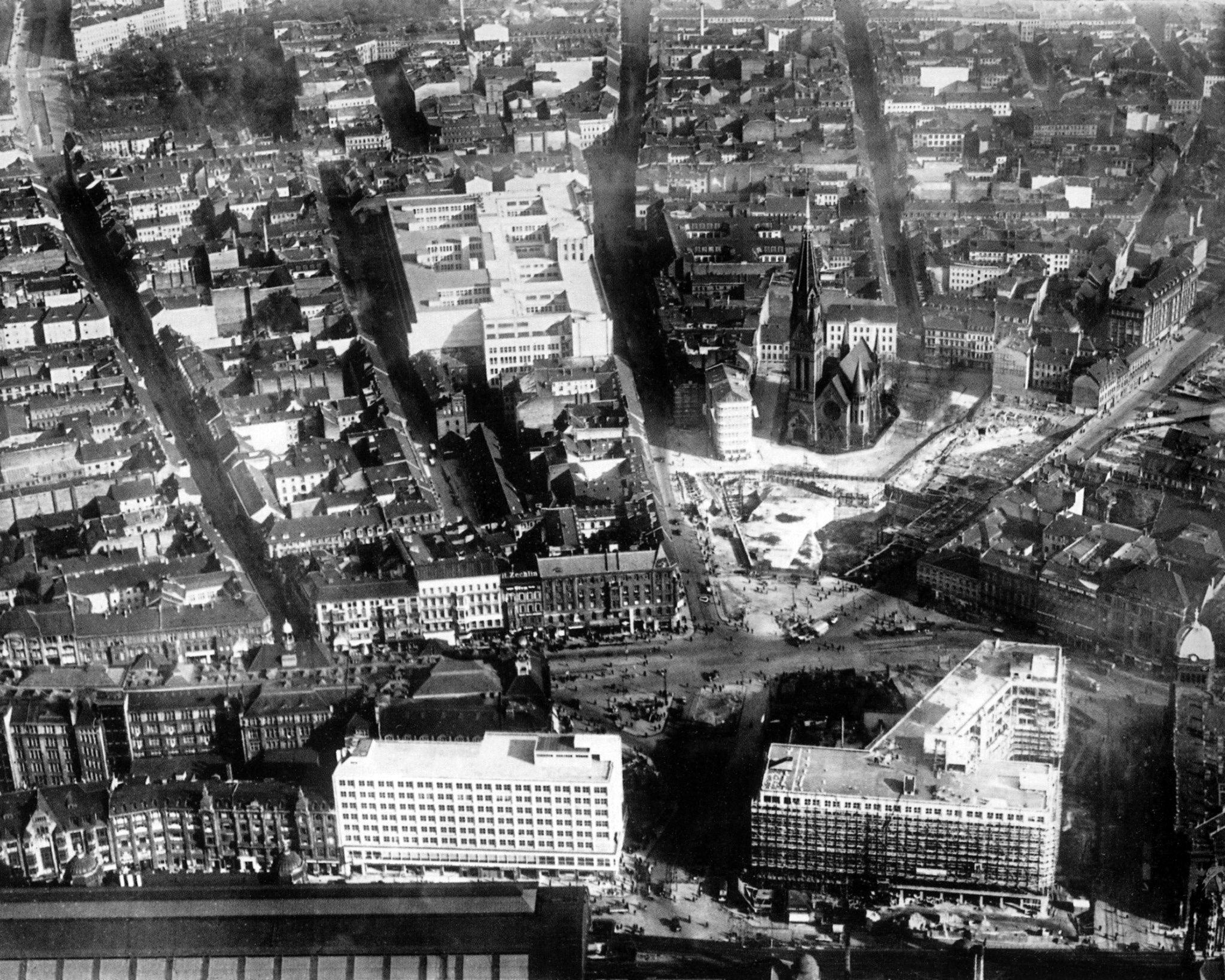 1932 Berlin Luftbild Alexanderplatz Mit Blick Nach No Mit Den Beiden Behrens Hausern In Der Bildmitte Unten In 2020 Photo Historical Photos Landmarks