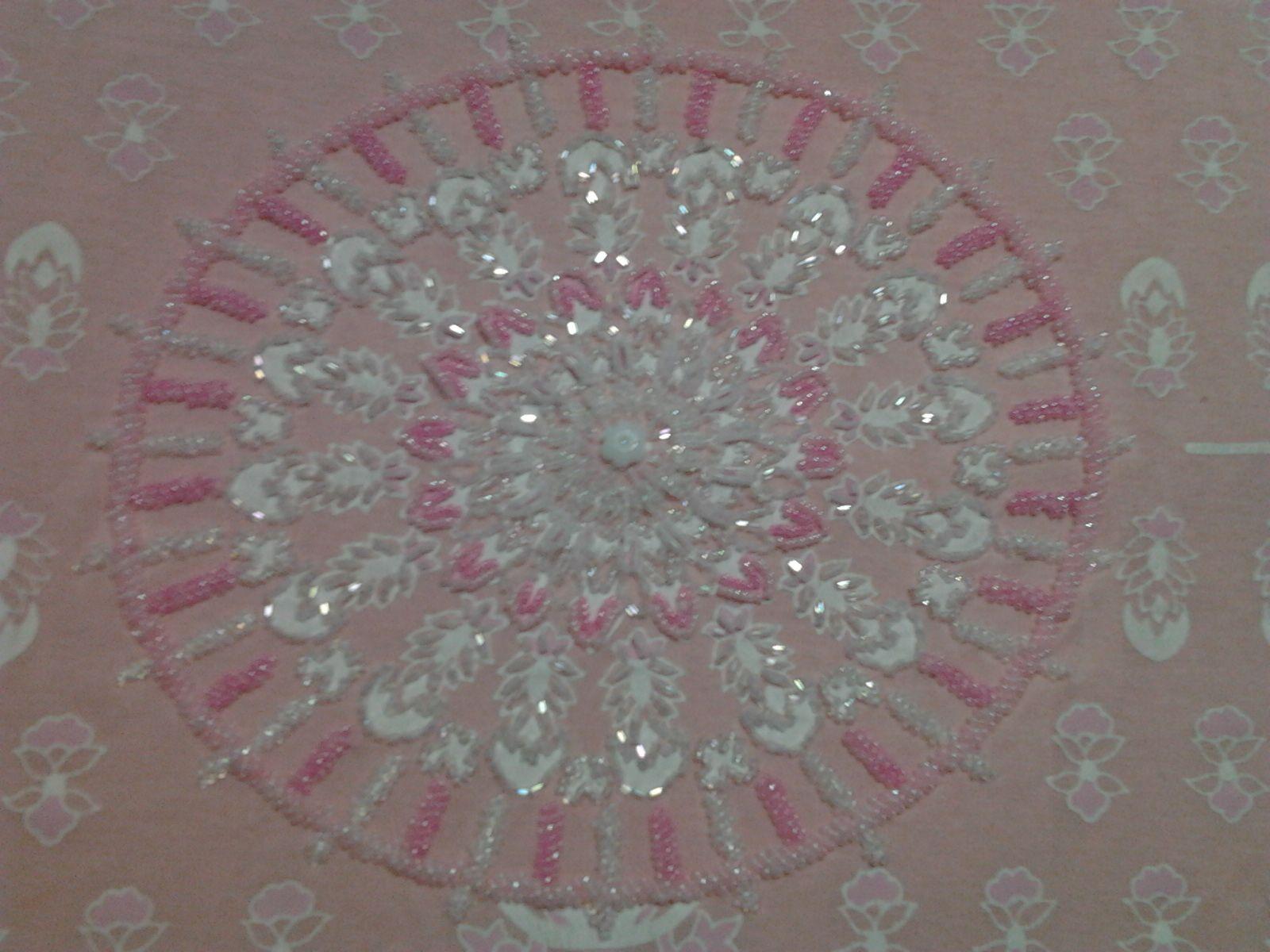 Mandala bordada em miçangas sobre estampado, por Mírian Torres Rubim da Silva.