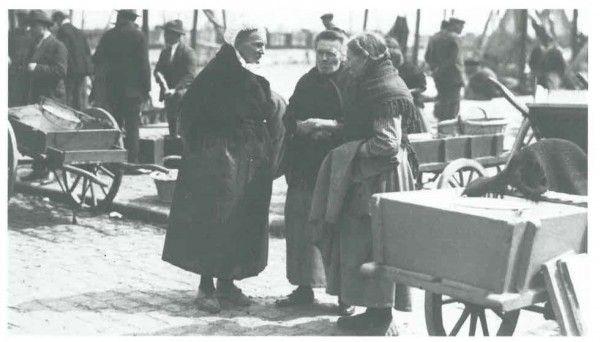 Van Caillie (1989, pl. 108) Beschrijving: 1930 (Circa). De VISSERSKAAI. Sfeervolle opname van vissersvrouwen aan de Visserskaai Datum: 1930 Plaats: Oostende