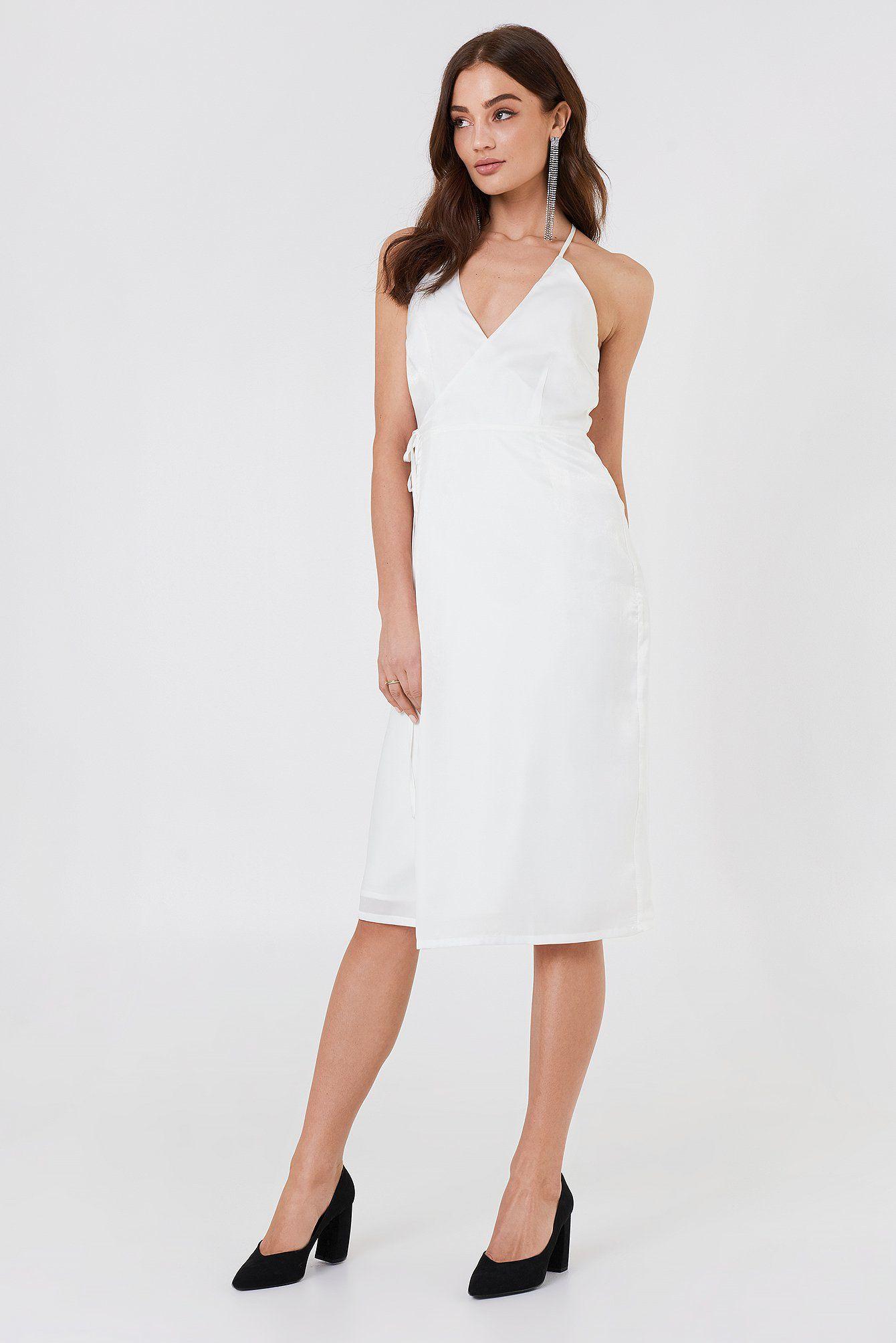 8a00f2563 Kopertowa sukienka Haley od Rut&Circle ma dekolt w kształcie litery V, dwa  cienkie ramiączka, długość midi, kopertowy krój z wiązaniem.