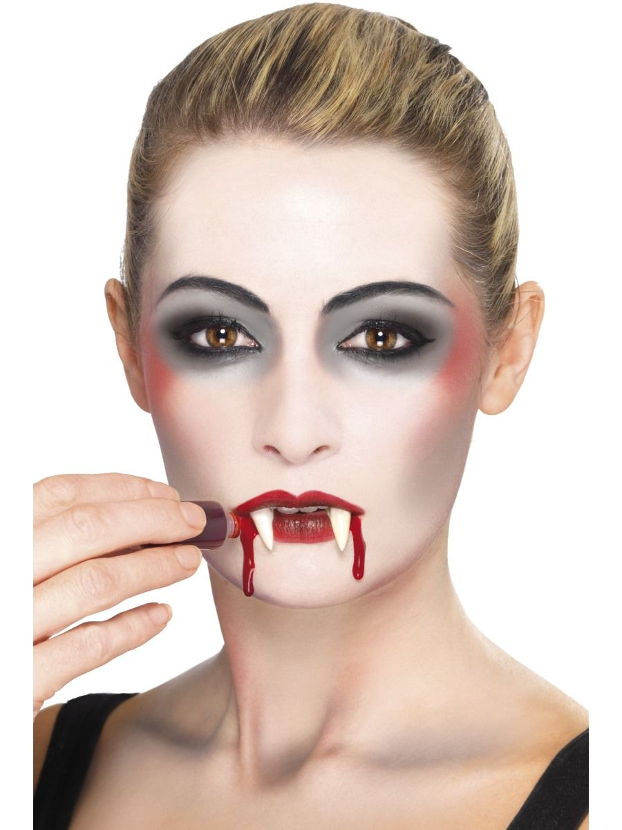 schminke vampir blut auftragen fasching schminken in. Black Bedroom Furniture Sets. Home Design Ideas