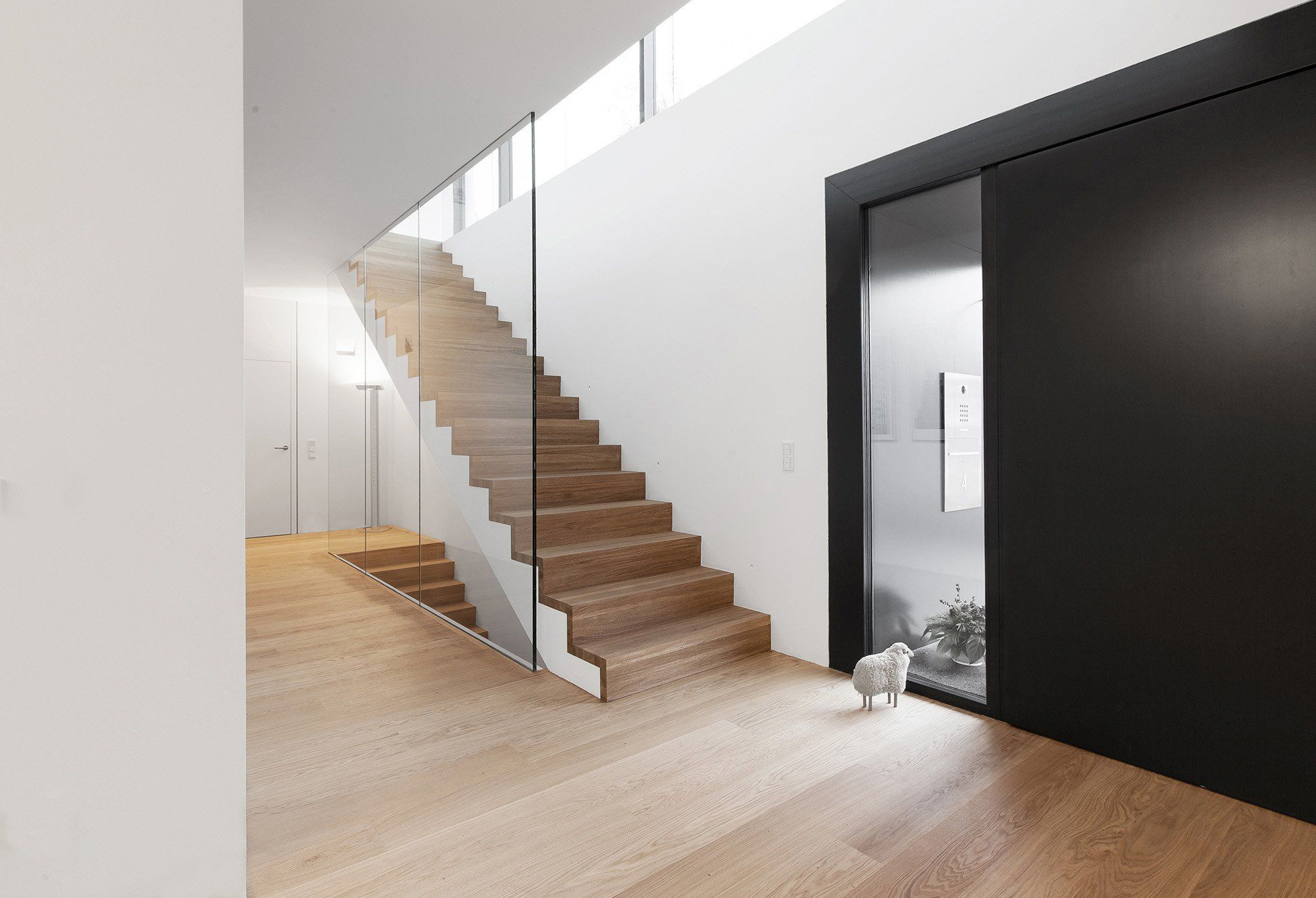 Eingang und Treppe: Eichenholzdielen als warmer Kontrast zu viel Weiß und Glas #eingangsbereichhausinnen