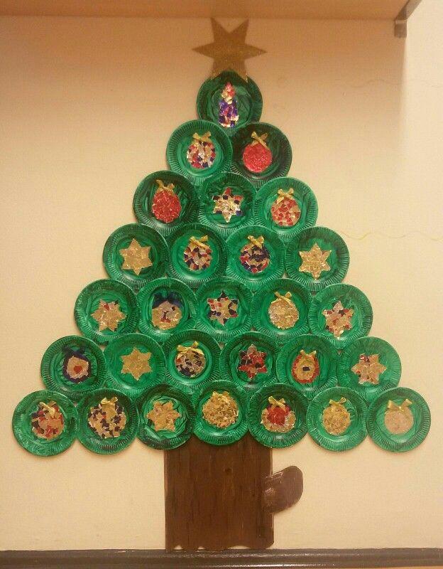 Weihnachtsbasteln Sterne Aus Goldpapier.Weihnachtsgruppenbaum Mit Kugeln Und Sternen Aus Gerissener