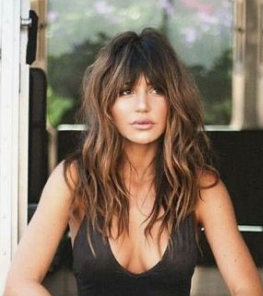 Gorgeous Long Wavy Hair With Bangs Love The Dark Bangs And Highlights At The Side Hair Styles Long Hair Styles Long Wavy Hair