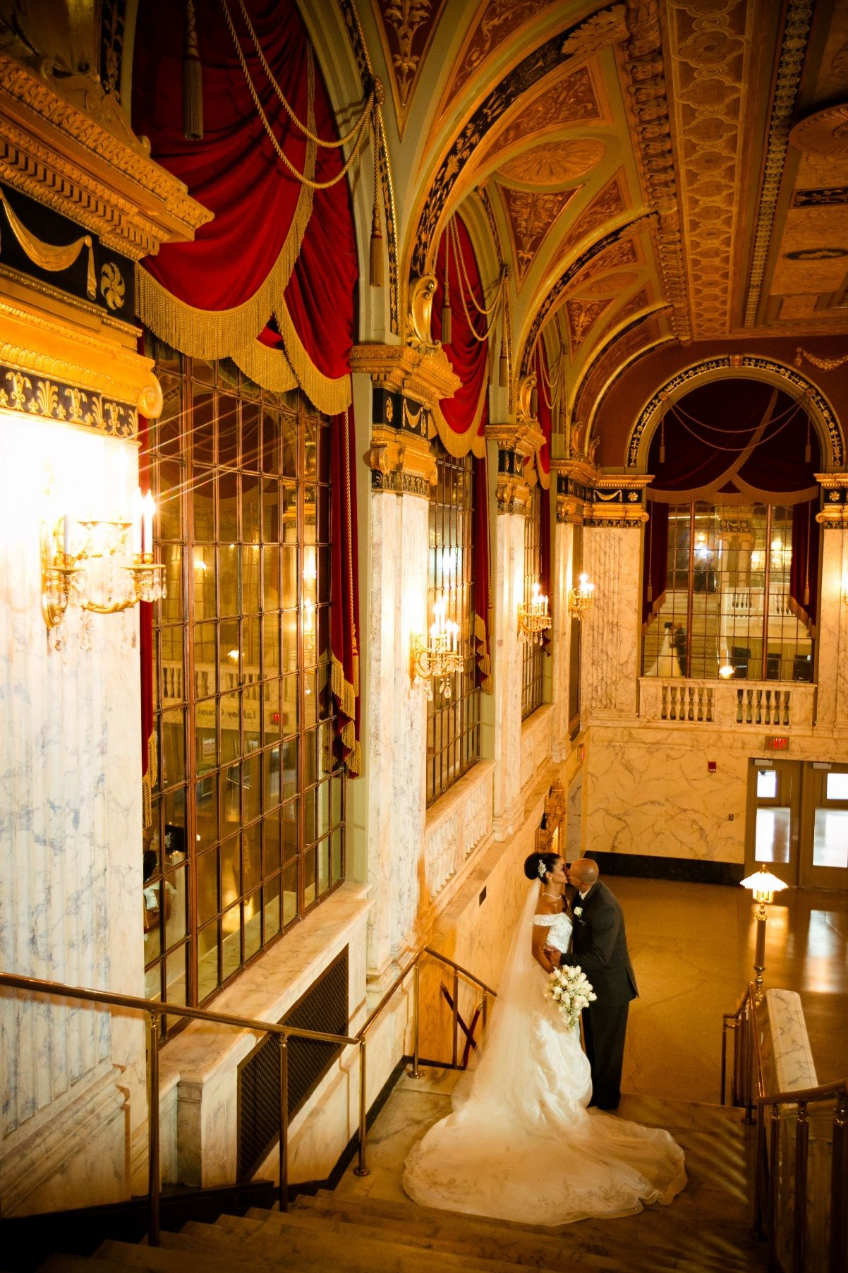 A romantic moment on the Grand Foyer staircase (© Candace