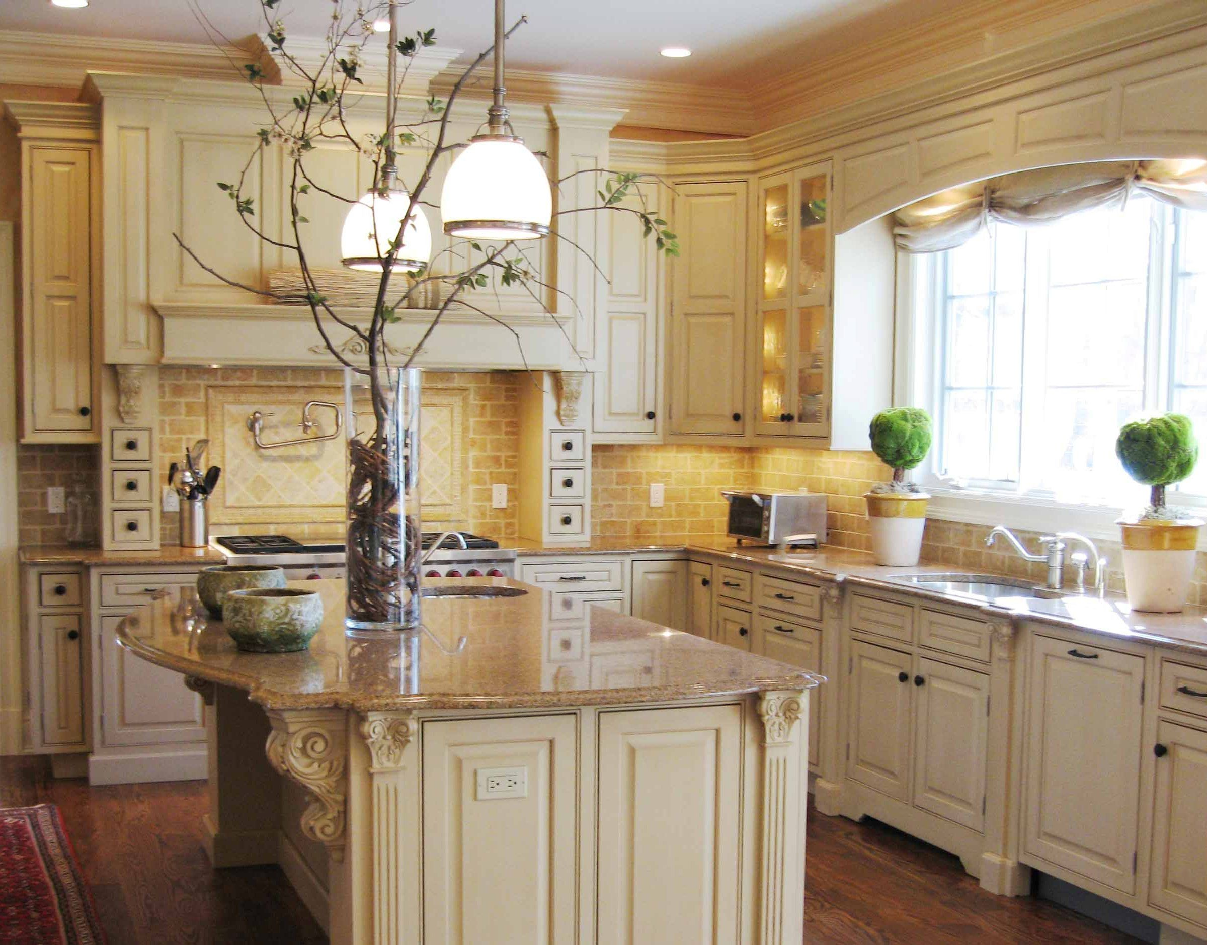 Tuscan kitchen design style highly features earthy paint for Cream kitchen paint ideas