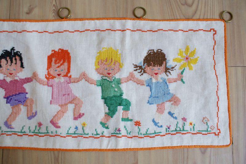 Koddig borduurwerkje van 8 dansende kinderen. Handgemaakte vintage prent.