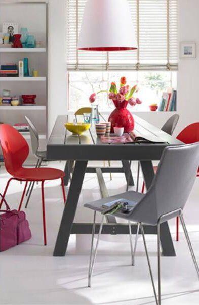 esszimmer tisch stuhl grau rot wei vase fenster regal b cher teller haus. Black Bedroom Furniture Sets. Home Design Ideas