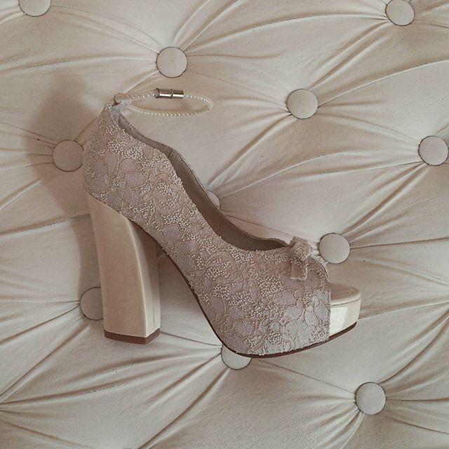 Marf zapatos - Modelo Diamella Encaje caviar Natural con pulsera de perlas #weedingshoes #loveshoes #luxuryshoes