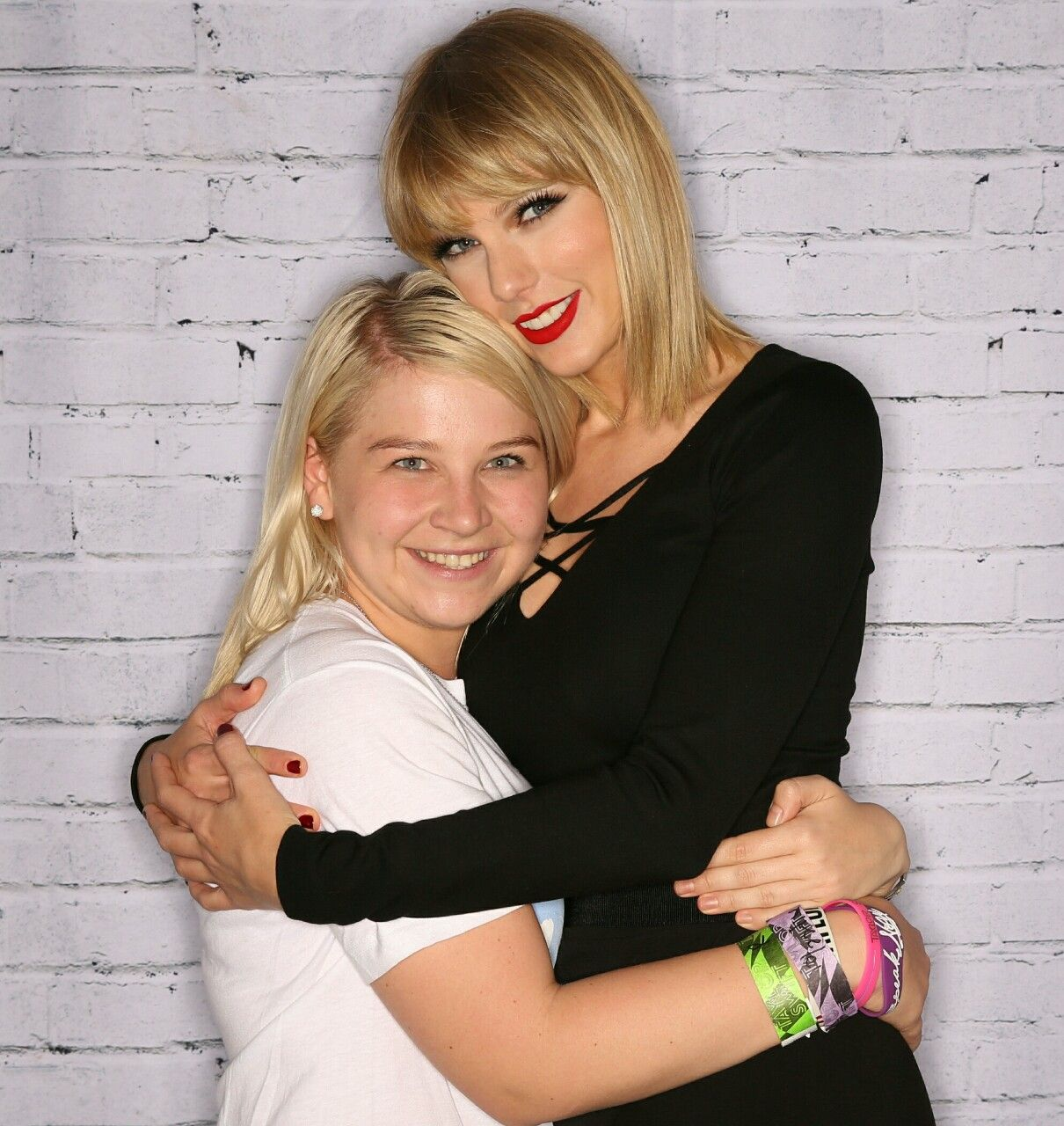 Taylor With A Fan At The Formula 1 Meet And Greet 102216 T