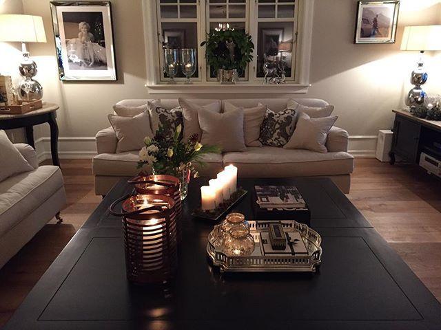 Bilder, puter, lyktene og potten i vinduet, konsollbord, lamper og tv-benk, samt blomstervasen på bordet har vi nå på lager, og best av alt! -nå til -15% ved å benytte koden: christmas ❤️✨ #drømmehjem  www.drommehjem.com