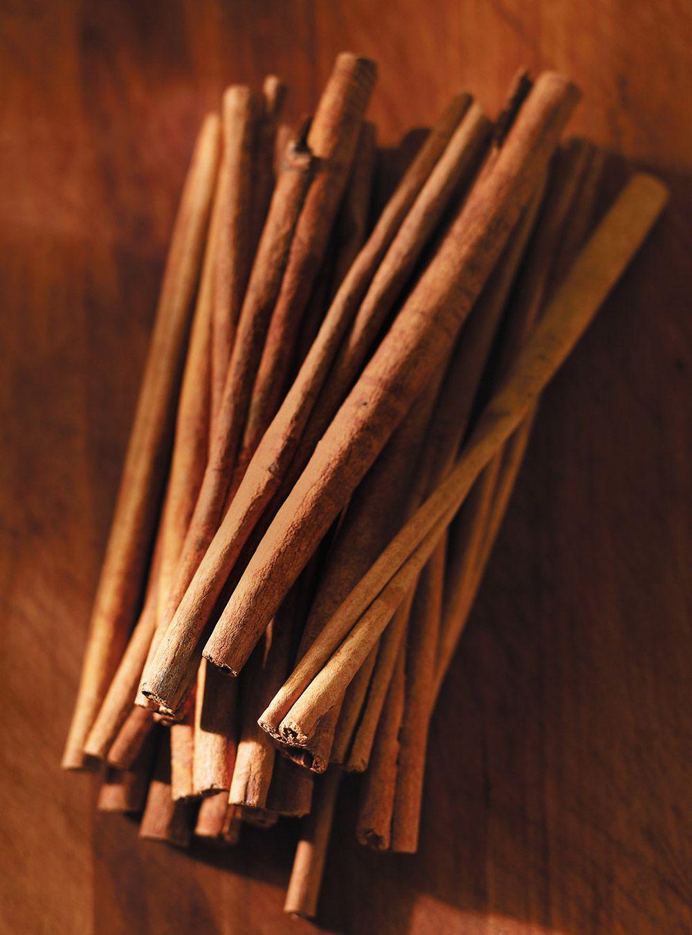 Recette de volaille. Avec du poulet, du cidre, des pommes Cortland, de la crème 35 %, de la cannelle. Une recette à faire en saison qui dégagera de doux arômes.
