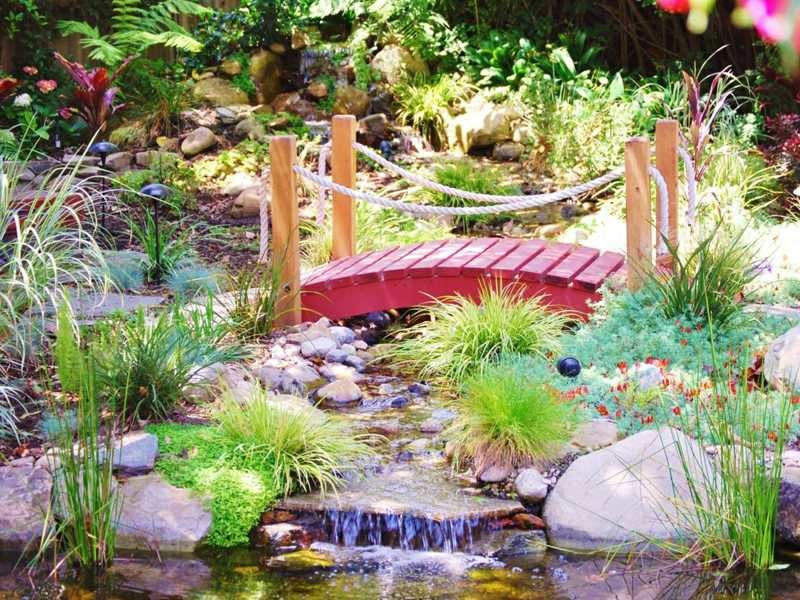 Kleingarten mit Holzbruecke und Bachlauf Bachläufe Pinterest - naturlicher bachlauf garten