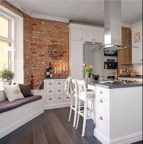 Zdjecie Skandynawska Biala Kuchnia Ze Scianami Z Czerwonej Cegly Kitchen Interior Home Kitchens Kitchen Design
