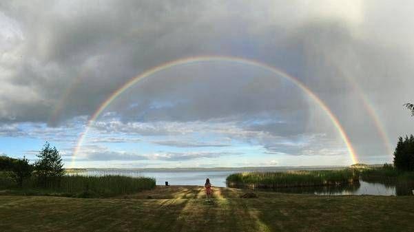 Aleksi Sihvonen otti hienon kuvan tyttärestään Ellistä, joka ihasteli kahta sateenkaarta Taivassalossa lauantai-illalla.