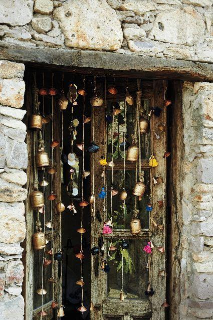 Curiosa y bonita decoración en ventana de pueblo, me gusta!!!