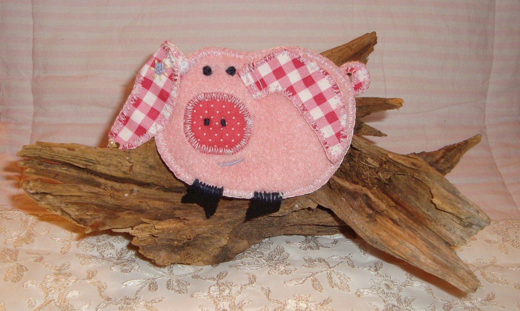"""Textile brooch """"Piggelinchen"""" (sold) - http://de.dawanda.com/shop/ursulavongranegg/1125205-Broschen-und-Anstecker - Facebook page: https://www.facebook.com/Wilhelmine-Wiesenkraut-802474093168101/timeline/?ref=hl"""
