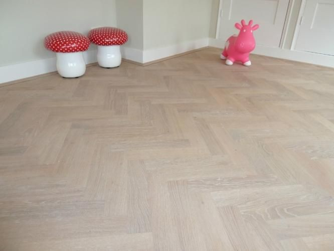 Eiken visgraat parket vloer whitewash afgewerkt floors and