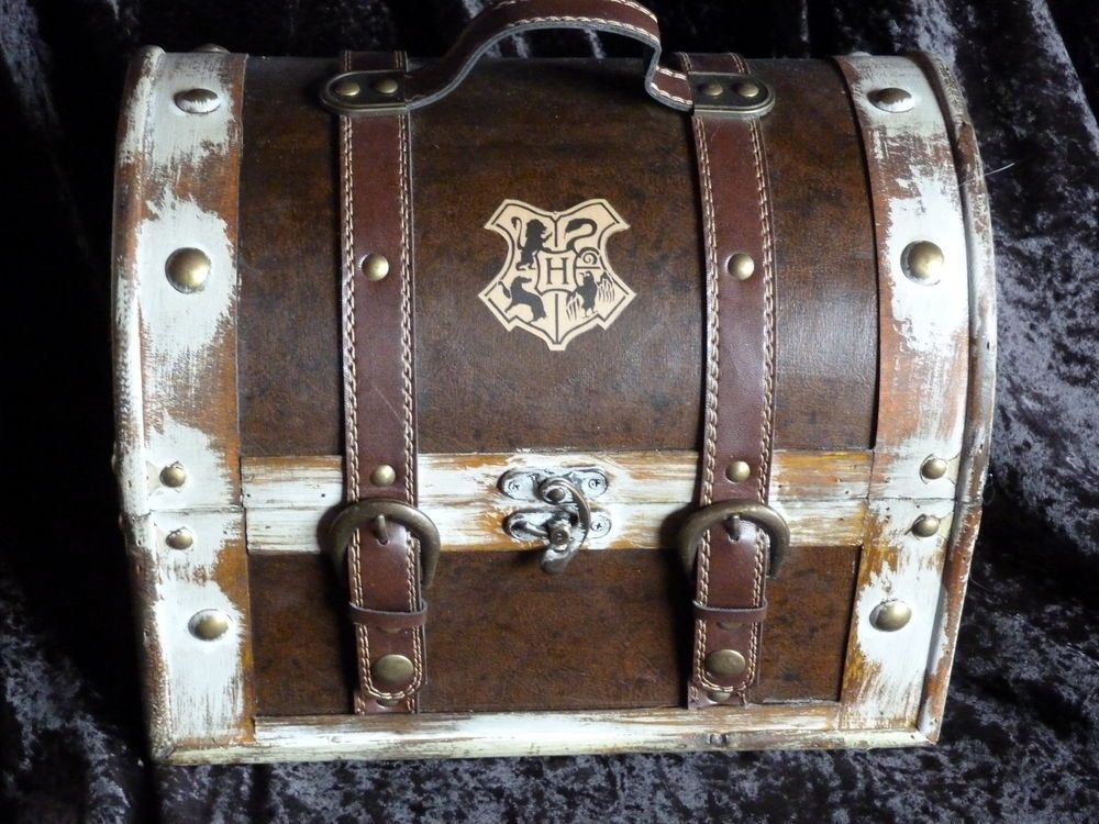 It has Hogwarts crest on the lid, and two small crests on the sides. | eBay!