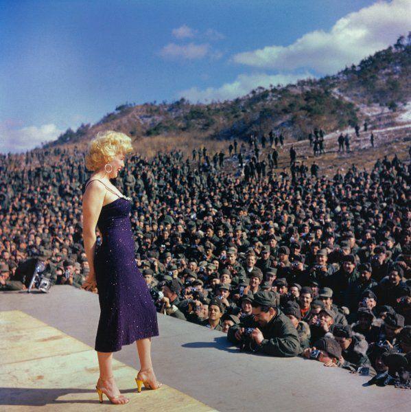 Vorbild:  Der Auftritt von Marilyn Monroe vor insgesamt 100.000 US-Soldaten in...