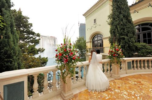 Perfect Location Toooo Expensive Sadly But Quite Beautiful Bellagio Las Vegas Weddings Las Vegas Wedding Photography Vegas Wedding