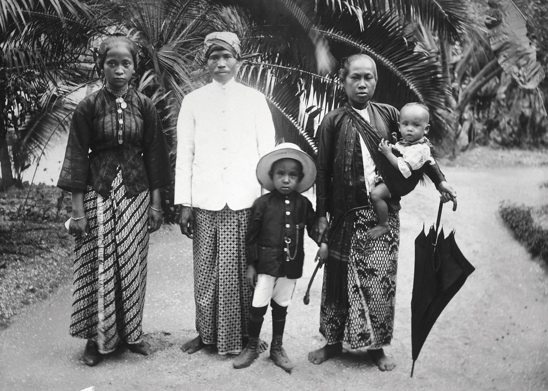 Groepsportret van Javaanse volwassenen en kinderen, 1903. Stichting Surinaams Museum, Paramaribo (inv. nr. 73A-257). Klik website onder foto, voor meer mooie en informatieve historische foto´s.