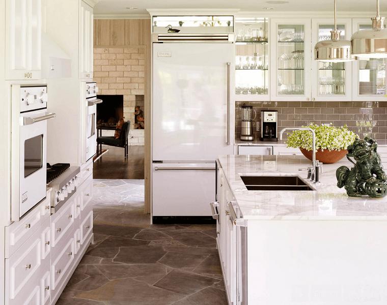 losas de piedras en el suelo y azulejos en la pared de la cocina ...