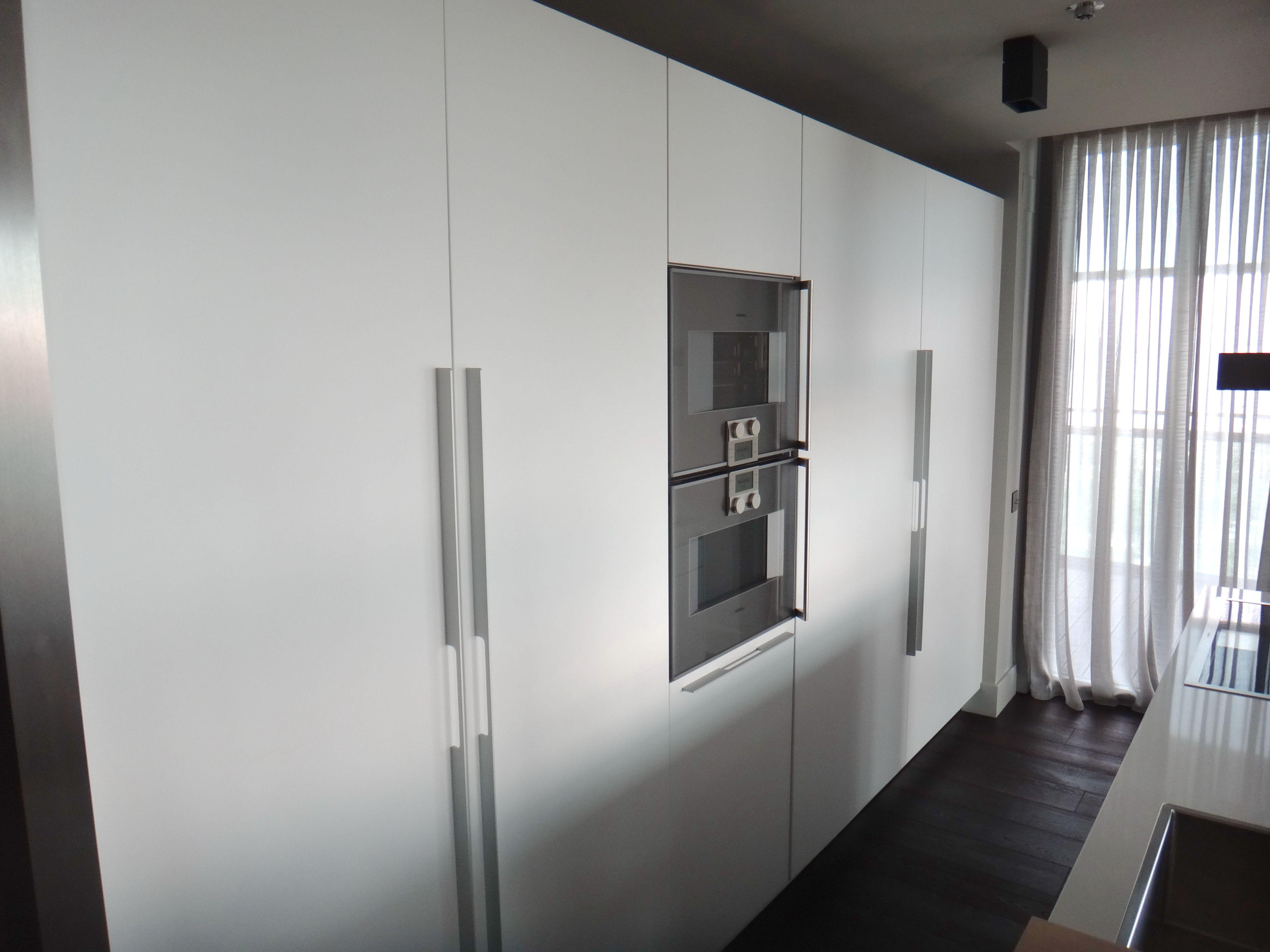 Cocina SANTOS columna coplanar con frigoríficos integrados y detalle ...