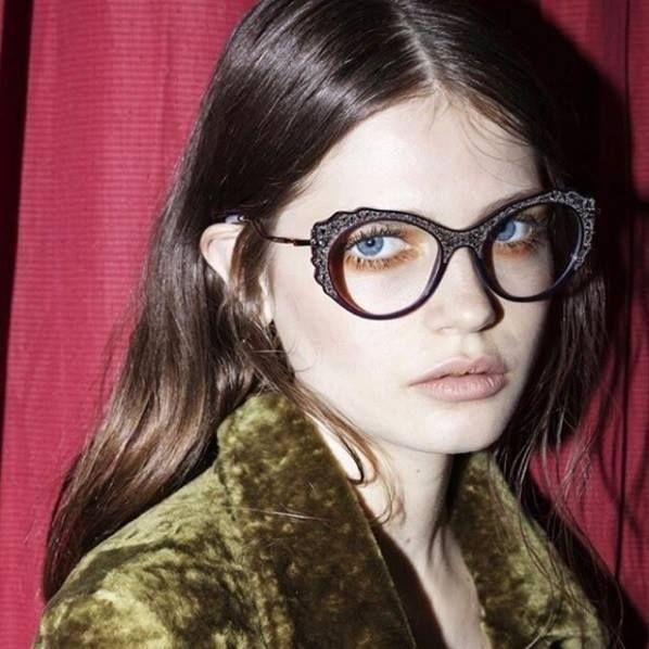 Aquele óculos de grau nada básico! Amando o novo modelo da Miu Miu com aplique de pedrarias! 🎀 #oticaswanny #miumiu #miumiueyewear