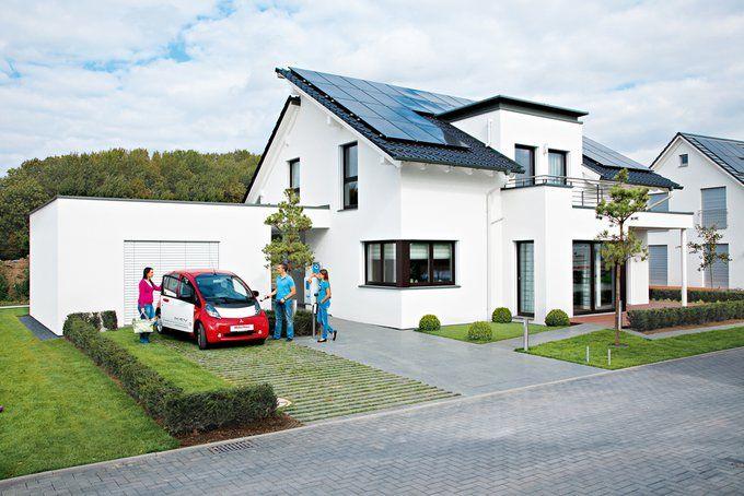 Moderne häuser mit versetztem pultdach  Das Pultdach schafft viel Platz für die Photovoltaik. | Häuser ...